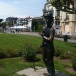 Statue von Charlie Chaplin am Seeufer in Vevey